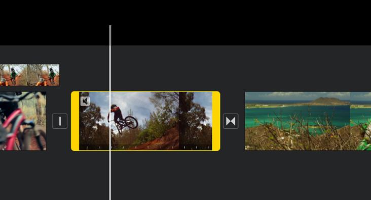 Un clip de video en la línea del tiempo con manijas de intervalo amarillas en cada lado y el cursor de reproducción colocado donde el cuadro congelado se va a agregar.