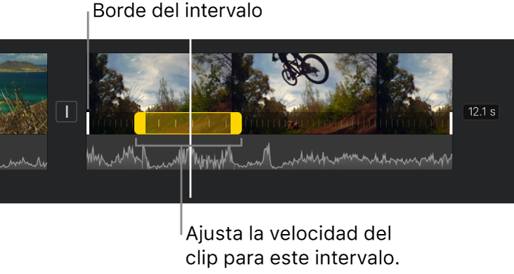 Un intervalo de velocidad con manijas de intervalo amarillas en un clip de video en la línea de tiempo y con líneas amarillas en el clip que indican los bordes de intervalo.
