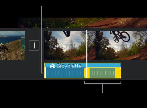 Plage de vitesses avec des poignées de plage jaunes dans un clip audio de la timeline. Les lignes blanches du clip indiquent les limites de plage.