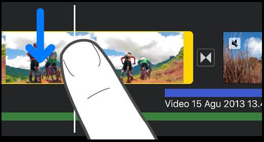 Klip sedang dibagi di garis waktu proyek.