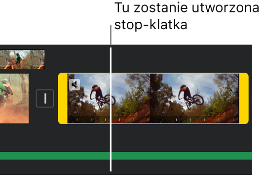 Klip wideo na linii czasowej. Na każdym końcu widoczne są żółte uchwyty zakresu. Głowica znajduje się wmiejscu, wktórym dodana zostanie stop-klatka.