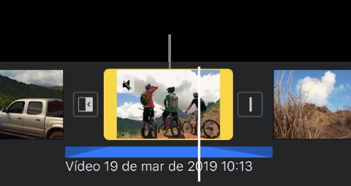 Clipe de vídeo na linha do tempo com um clipe de áudio separado em azul abaixo.