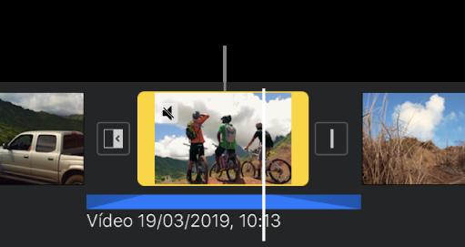Um clip de vídeo no cronograma com um clip de áudio desanexado a azul por baixo.