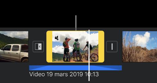 Ett videoklipp i tidslinjen med ett blåfärgat losstaget ljudklipp nedanför.
