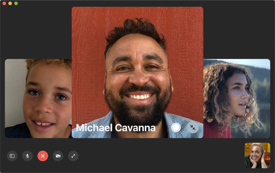 Fenêtre FaceTime affichant un appel en groupe. La personne qui a lancé l'appel est affichée dans une vignette dans l'angle inférieur droit. Une grande vignette au milieu de la fenêtre affiche un participant, ainsi qu'un bouton «LivePhoto» au centre de la vignette sur lequel les appelants peuvent cliquer pour capturer le moment.
