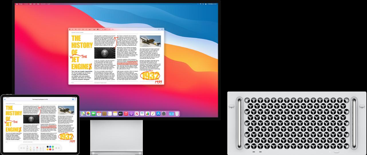Mac ProとiPadが並んでいます。両方の画面に表示されている記事のあちこちに、文の削除、矢印、単語の追加などの赤字の編集が書き込まれています。iPadの画面の下部にはマークアップコントロールも表示されています。