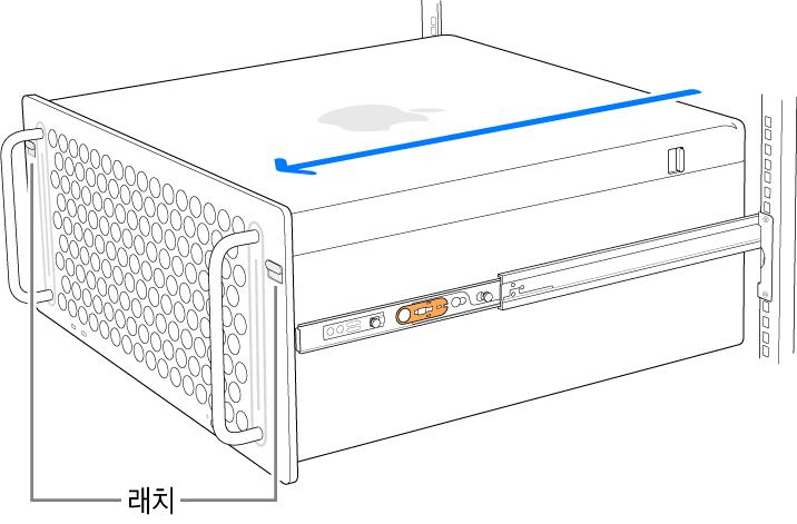 랙에 장착된 레일에 놓여 있는 Mac Pro.