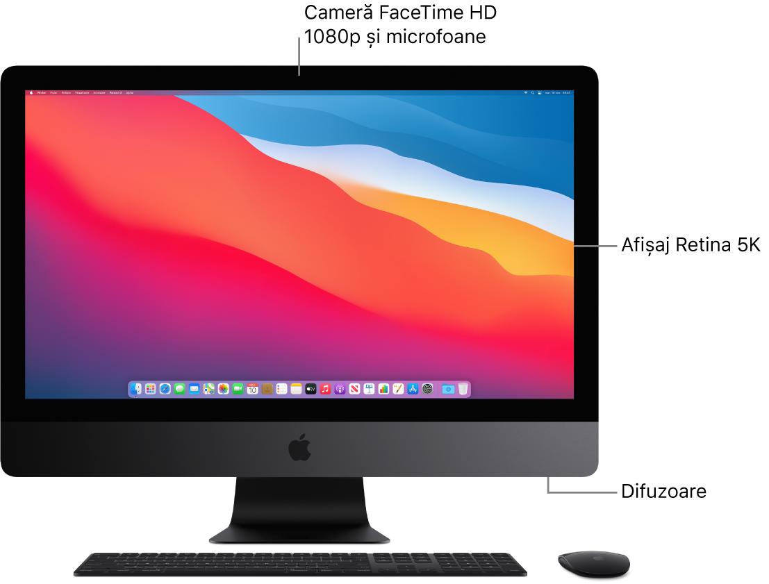 Vizualizare a părții din față a iMac Pro‑ului, prezentând afișajul, camera, microfoanele și difuzoarele.