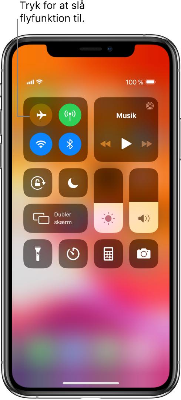 Skærmen Kontrolcenter og en billedforklaring, der beskriver, at et tryk på knappen øverst til venstre slår flyfunktion til.