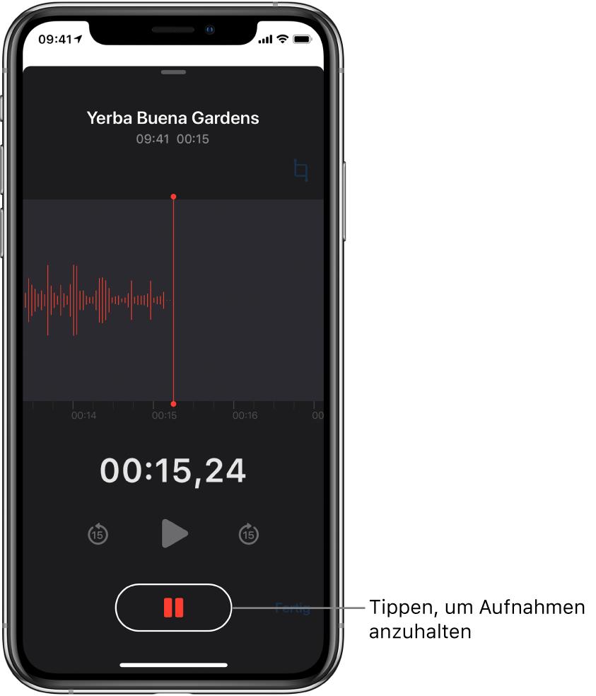 """Ein Bildschirm der App """"Sprachmemos"""" bei laufender Aufnahme mit der aktiven Taste """"Anhalten"""" und den abgeblendeten Bedienelementen zum Starten der Wiedergabe, und zum Vor- und Zurückspringen um jeweils 15Sekunden. Den meisten Raum nehmen die Wellenform der laufenden Aufnahme und die Zeitanzeige ein."""