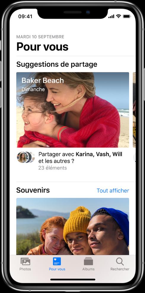 L'onglet «Pour vous» est sélectionné en bas de l'écran de l'app Photos. L'étiquette «Suggestions de partage» est située en haut de l'écran «Pour vous». Une collection de photos intitulée «Plage Baker, dimanche» se trouve sous cette étiquette. En dessous de la collection se trouve une option permettant de partager les photos aux personnes qui y figurent.