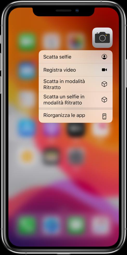 La schermata Home sfocata, con il menu delle azioni rapide della fotocamera visualizzato sotto l'app Fotocamera.