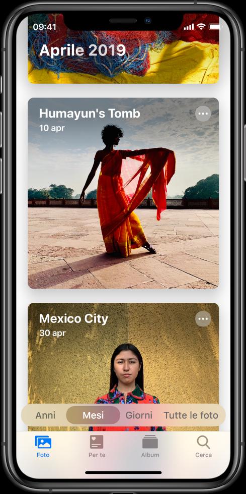 """Una schermata dell'app Foto. Il pannello Foto e la vista Mesi sono selezionati. Vengono visualizzati due eventi del mese di aprile 2019: """"Tomba di Humayun"""" e """"Città del Messico""""."""