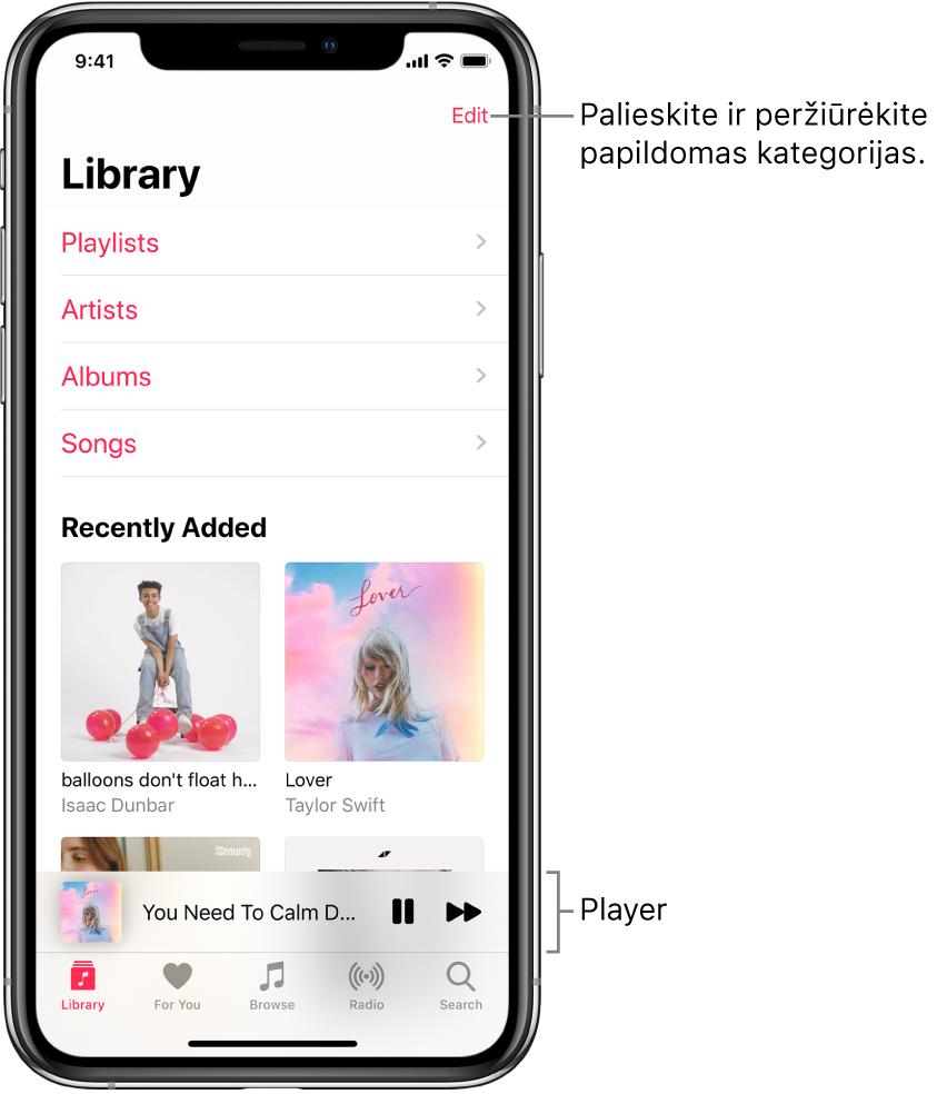 """""""Library"""" ekranas, rodantis kategorijų sąrašą, įskaitant """"Playlists"""", """"Artists"""", """"Albums"""" ir """"Songs"""". """"Recently Added"""" antraštė rodoma po sąrašu. Apačioje atsiranda dabartinės dainos pavadinimą rodantis leistuvas ir mygtukai """"Pause"""" bei """"Next""""."""