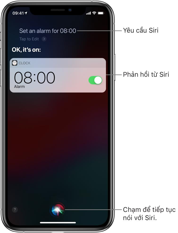 """Màn hình Siri hiển thị rằng Siri đã được yêu cầu """"Set an alarm for 8 a.m"""". và Siri trả lời """"OK, it's on"""". Một thông báo từ ứng dụng Đồng hồ hiển thị rằng báo thức đã được đặt lúc 8:00 sáng. Một nút ở chính giữa cuối màn hình được sử dụng để tiếp tục nói với Siri."""
