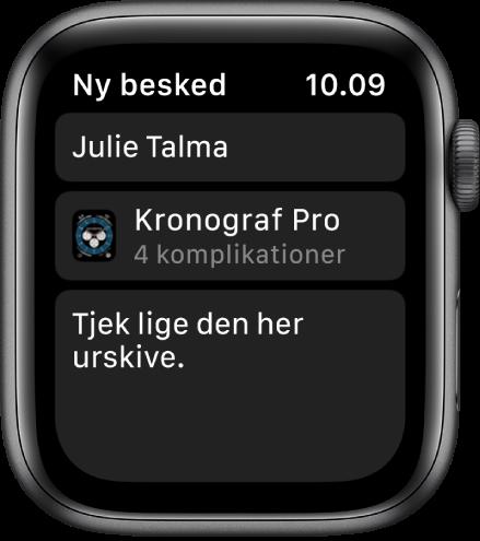 """Apple Watch-skærmen, som viser en urskive, hvor der deles en besked med modtagerens navn foroven, navnet på urskiven nedenunder og under det en besked med ordlyden """"Tjek lige den her urskive.""""."""