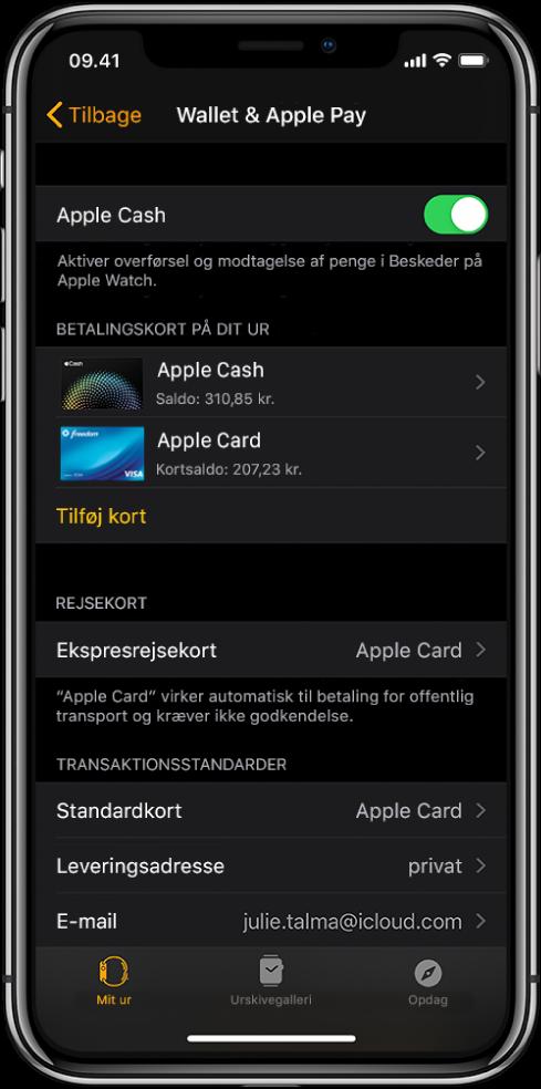 Skærmen Wallet og Apple Pay i appen AppleWatch på iPhone. Skærmen viser kort, der er føjet til Apple Watch, det kort, du har valgt at bruge som ekspresrejsekort, og standardindstillinger til transaktioner.