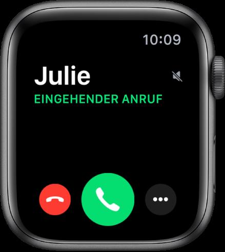 """Das Apple Watch-Display, wenn du einen Anruf erhältst: der Name des Anrufers, die Wörter """"Eingehender Anruf"""" sowie die rote Taste """"Ablehnen"""", die grüne Taste """"Annehmen"""" und die Taste """"Weitere Optionen""""."""