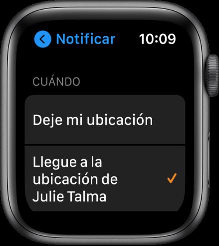 """La pantalla Notificar de la app Encontrar Personas. La opción """"Cuando llegue a la ubicación de Julia"""" está seleccionada."""
