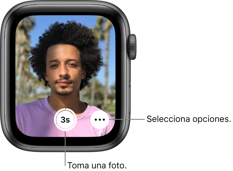 """Mientras uses el AppleWatch como control remoto para la cámara, la pantalla del reloj mostrará lo que se ve en el visor de la cámara del iPhone. El botón """"Tomar foto"""" está en la parte inferior central con el botón """"Más opciones"""" a su derecha. Después de tomar una foto, aparecerá el botón """"Visor de fotos"""" en la parte inferior izquierda."""
