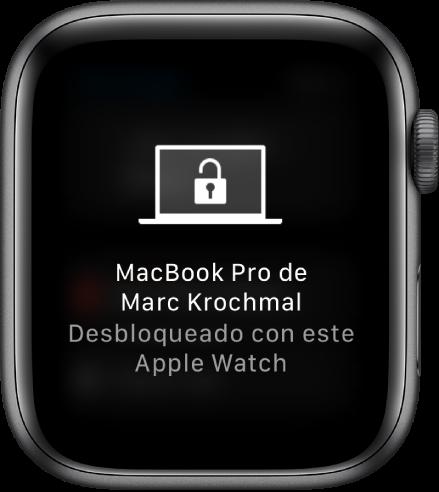 """Pantalla del AppleWatch mostrando el mensaje """"Este Apple Watch desbloqueó la MacBook Pro de Marcos""""."""