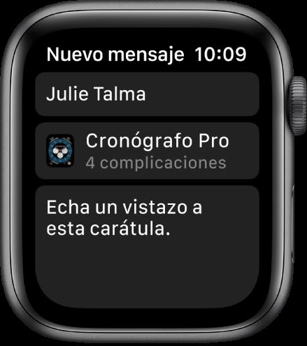"""Pantalla del Apple Watch mostrando un mensaje de compartir de una carátula con el nombre del destinatario en la parte superior, el nombre de la carátula debajo y, debajo de eso, un mensaje que dice """"Echa un vistazo a esta carátula""""."""