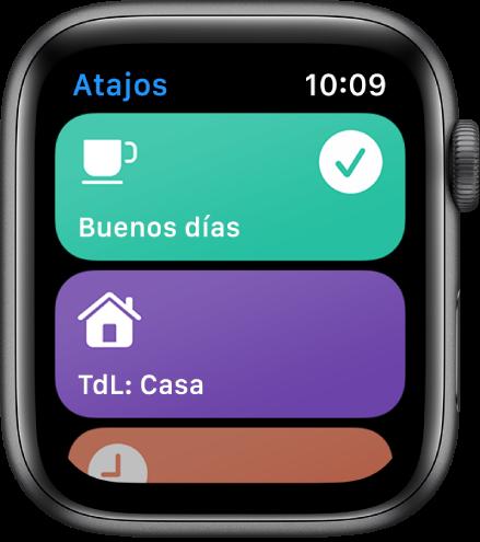 La pantalla de Atajos en el AppleWatch mostrando dos atajos: Buenos días y Hora de llegada a casa.