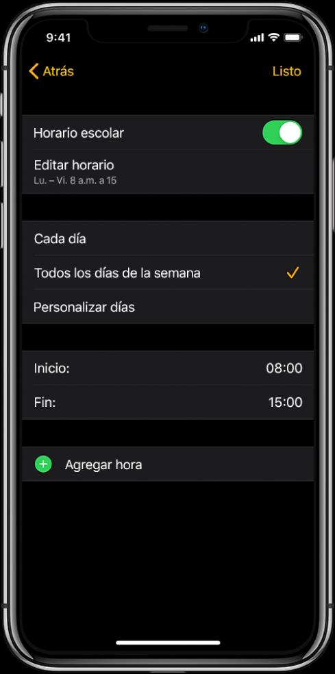 """El iPhone está mostrando la pantalla de """"Horario escolar"""". El interruptor """"Horario escolar"""" está en la parte superior y debajo se encuentra la opción """"Editar horario"""". Las opciones """"Cada día"""", """"Entre semana"""" y """"Personalizar días"""" se muestran debajo, y la opción """"Entre semana"""" está seleccionada. Las horas de inicio y fin están en el centro de la pantalla y el botón """"Agregar hora"""" está cerca de la parte inferior."""