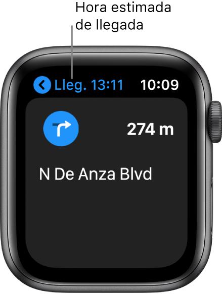 La app Mapas con la hora estimada de llegada arriba a la izquierda, el nombre de la calle por la que tienes que tienes que meterte y la distancia que te queda hasta llegar a esa calle.