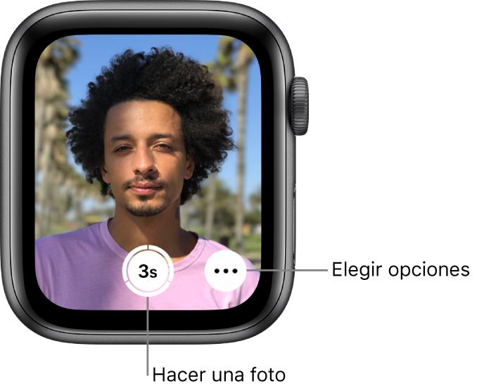 """Mientras se utiliza como mando a distancia de la cámara, la pantalla del AppleWatch muestra qué hay en el visor de la cámara del iPhone. El botón """"Hacer foto"""" se encuentra en el centro de la parte inferior de la pantalla, con el botón """"Más opciones"""" a la derecha. Si has hecho una foto, el botón """"Visor de fotos"""" se encuentra en la parte inferior izquierda de la pantalla."""