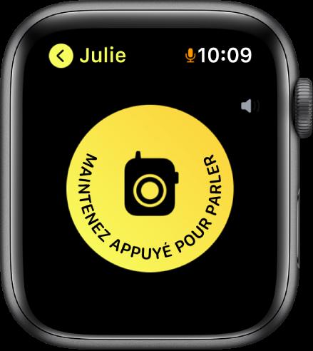 L'écran Talkie-walkie affichant un bouton Parler au centre et un indicateur de volume en haut à droite. Une petite icône de micro s'affiche en regard de l'heure en haut à droite, indiquant que le micro est en cours d'utilisation.