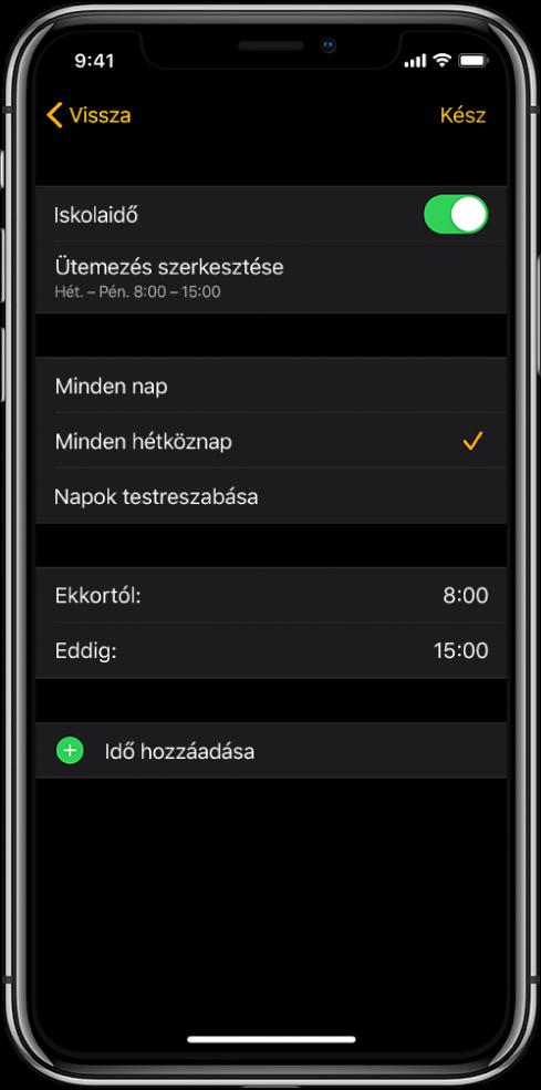 Egy iPhone az Iskolaidő funkció képernyőjével. A képernyő tetején az Iskolaidő kapcsoló, alatta pedig az Ütemezés szerkesztése lehetőség látható. Ez alatt a Minden nap, a Minden hétköznap és a Napok testreszabása lehetőség jelenik meg, amelyek közül a Minden hétköznap van kijelölve. A képernyő közepén az Ettől és az Eddig beállításnál megadott órák láthatók, alul pedig az Idő hozzáadása gomb.