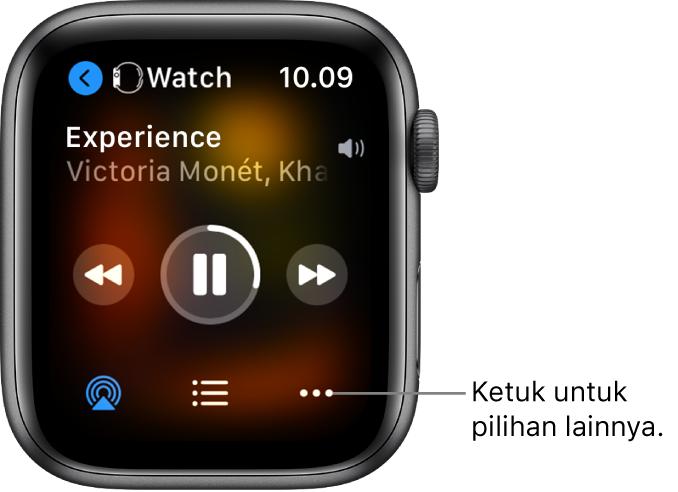 Layar Sedang Diputar menampilkan Apple Watch di kiri atas, dengan panah yang menunjuk ke kiri, yang membawa Anda ke layar perangkat. Judul lagu dan nama artis muncul di bawah. Kontrol pemutaran terdapat di tengah. Tombol AirPlay, daftar track, dan Pilihan Lainnya terdapat di bagian bawah.