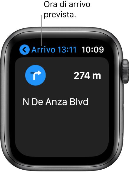 L'app Mappe che mostra l'ora di arrivo stimata nell'angolo superiore sinistro, il nome della strada dove bisognerà girare e la distanza mancante prima della svolta.