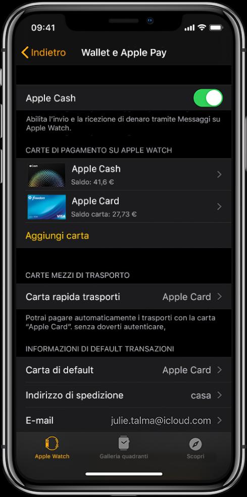 """La schermata """"Wallet e ApplePay"""" nell'app Watch su iPhone. Lo schermo mostra le carte aggiunte ad Apple Watch, la carta che hai scelto di utilizzare come carta rapida per i mezzi di trasporto e le impostazioni di default per le transazioni."""