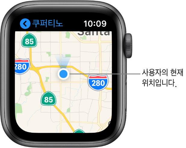 지도 앱은 지도를 표시함. 사용자의 위치는 지도에 파란색 점으로 표시됨. 파란색 팬이 위치 점 위에 있으며 시계가 북쪽을 향하고 있음을 나타냄.