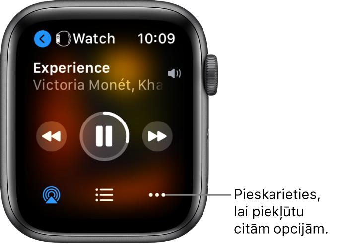 Ekrāns Now Playing, kura augšējā kreisajā stūrī ir elements Watch ar pa kreisi vērstu bultiņu; tā ļauj atgriezties ierīces ekrānā. Zemāk ir norādīts dziesmas nosaukums un izpildītājs. Atskaņošanas vadīklas atrodas vidū. Apakšdaļā ir opcija AirPlay, ierakstu saraksts un poga More Options.