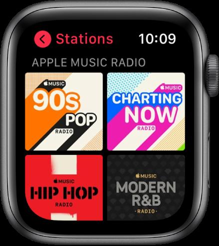 Lietotnes Radio ekrāns, kurā redzamas četras AppleMusic radio stacijas.