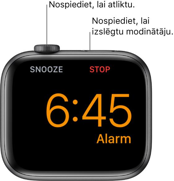"""Uz sāniem novietots Apple Watch pulkstenis, tā ekrānā ir redzams, ka tiek atskaņots modinātājs. Zem Digital Crown galviņas ir vārds """"Snooze"""". Zem sānu pogas ir teksts """"Stop""""."""