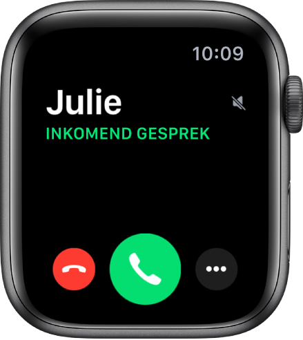 """Het AppleWatch-scherm wanneer je wordt gebeld, de naam van de beller, de tekst """"Inkomend gesprek"""", de rode weigerknop, de groene opneemknop en de knop 'Meer opties'."""