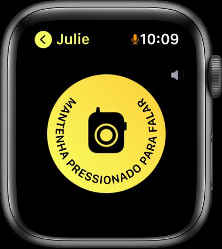 A tela do Walkie-Talkie mostrando um botão falar no meio e um indicador de volume na parte superior direita. Um pequeno ícone de microfone aparece ao lado das horas na parte superior direita, indicando que o microfone está sendo usado.