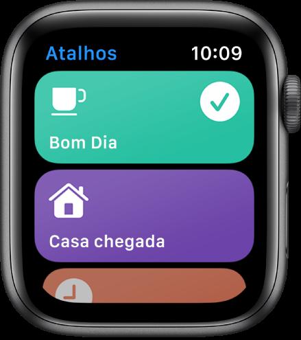 App Atalhos no Apple Watch mostrando dois atalhos: Bom Dia e Tempo Até em Casa.