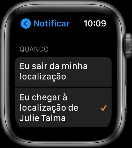 """A tela Notificar no app Buscar Pessoas. """"Quando eu chegar à localização de Júlia Tamires"""" está selecionado."""
