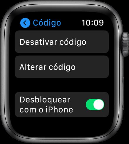 """As definições de código no """"AppleWatch"""", com o botão """"Desativar código"""" na parte superior, """"Alterar código"""" por baixo e o manípulo """"Desbloquear com o iPhone"""" na parte inferior."""