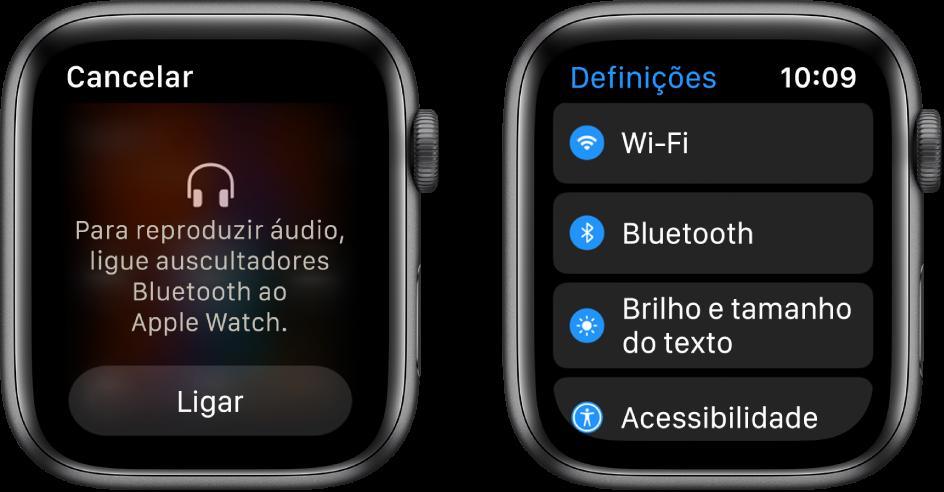"""Dois ecrãs lado a lado. O ecrã da esquerda pede para ligar auscultadores Bluetooth ao AppleWatch. Na parte inferior é apresentado um botão """"Ligar"""". À direita está o ecrã """"Definições"""" com os botões """"Wi‑Fi"""", """"Bluetooth"""", """"Brilho e tamanho do texto"""" e """"Acessibilidade"""" numa lista."""