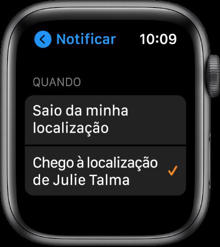 """O ecrã Notificar na aplicação Encontrar Pessoas. """"Quando chegar à localização da Júlia Teles"""" está selecionado."""