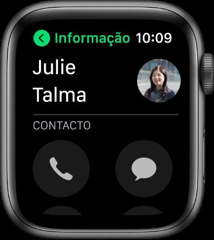 Um ecrã de telefone a mostrar um contacto e os botões Chamada e Mensagem.