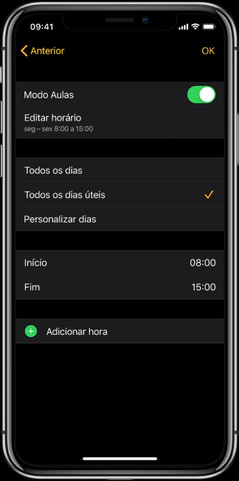 """iPhone a mostrar o ecrã de modo Aulas. Na parte superior do ecrã encontra‑se um manípulo do modo Aulas, como """"Editar horário"""" por baixo. Mais abaixo estão as opções """"Todos os dias"""", """"Todos os dias úteis"""" e """"Personalizar dias"""". Está selecionada a opção """"Todos os dias úteis"""". Os campos """"Início"""" e """"Fim"""" para as horas estão no meio do ecrã e o botão """"Adicionar hora"""" encontra‑se junto à parte inferior."""