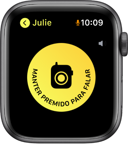 O ecrã da aplicação Walkie-talkie a mostrar o botão Falar ao centro e um indicador de volume na parte superior direita. O ícone de um microfone pequeno aparece ao lado do tempo na parte superior direita, indicando que o microfone está a ser usado.