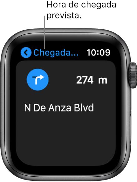 A aplicação Mapas a mostrar a hora prevista de chegada na parte superior esquerda, o nome da rua na qual deve virar a seguir e a distância até virar.